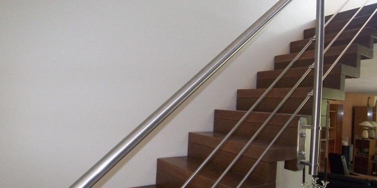 Le style contemporain dans un escalier droit