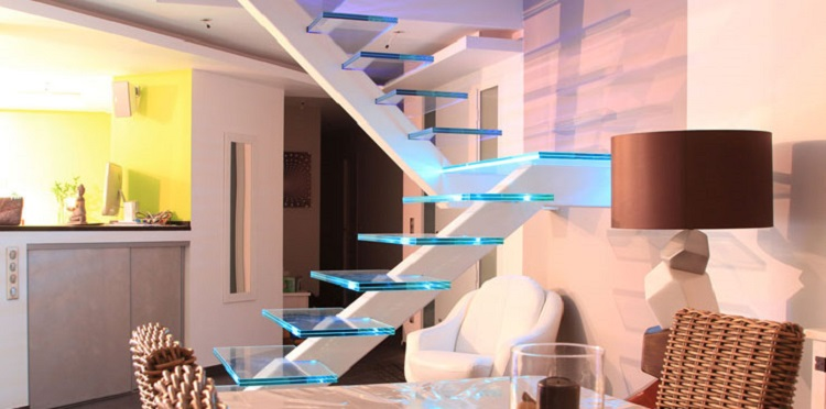 Un escalier en verre moderne et lumineux